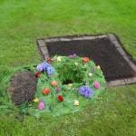 Urnenloch ausgeschmückt, Grabanlage in Erde